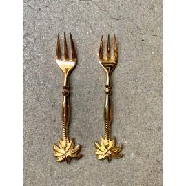 Kleine glanzende koperen vork met palm