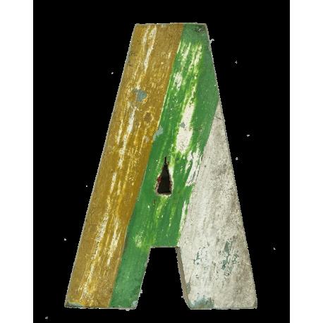 Houten letter A gemaakt van oude vissersbootjes