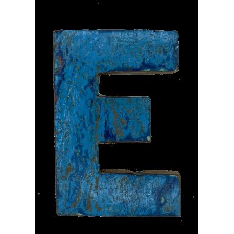 Houten letter E gemaakt van oude vissersbootjes
