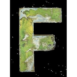 Houten letter F gemaakt van oude vissersbootjes