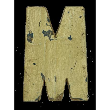 Houten letter M gemaakt van oude vissersbootjes