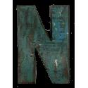 Houten letter N gemaakt van oude vissersbootjes