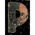 Houten letter P gemaakt van oude vissersbootjes