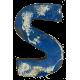 Houten letter S gemaakt van oude vissersbootjes
