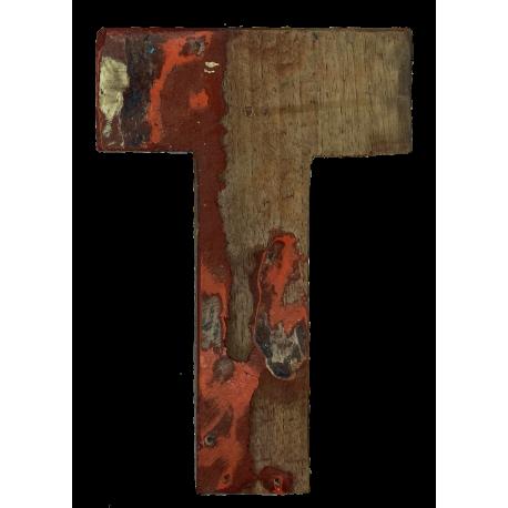 Houten letter T gemaakt van oude vissersbootjes