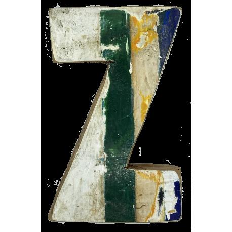 Houten letter Z gemaakt van oude vissersbootjes